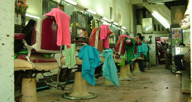 Um assistente de cabeleireiro geralmente trabalha em salões de beleza