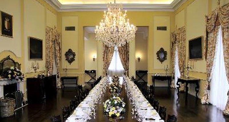 Una fuente importante de ingresos para los hoteles y centros de conferencias viene de organizar eventos como bodas, reuniones, reuniones y cenas para empresas y organizaciones.