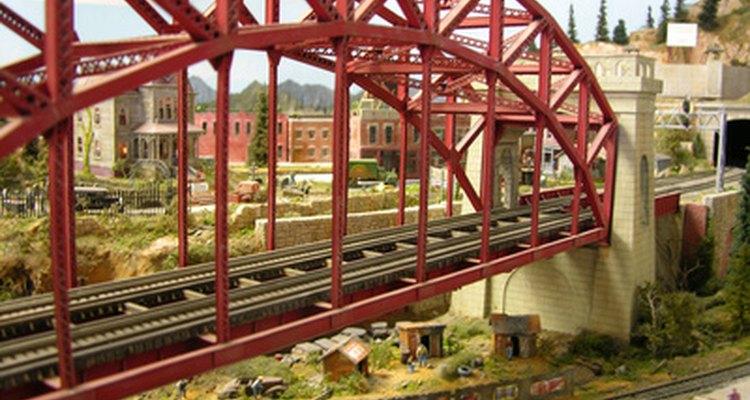 El modelo ferroviario utiliza cera de piso acrílica líquida para añadir realismo a sus diseños de trenes.