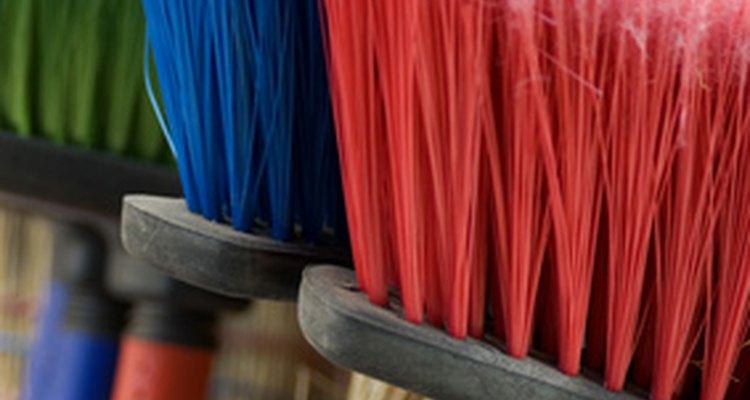 Los empleados de mantenimiento de limpieza mantienen los negocios limpios y funcionales para los colegas y visitantes.