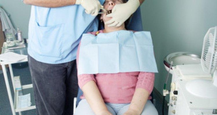 Dentes com erosões ou obturações irritam a mucosa oral