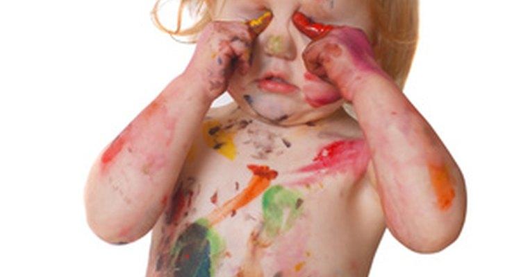Desarrollar actividades de arte apropiadas pueden ser algo atractivo y divertido para los niños de un año de edad.