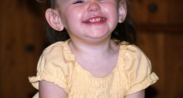 Tu bebé de seis meses puede mostrar varios signos de dentición como el babeo, la irritabilidad y la masticación constante.