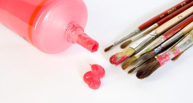 A tinta pode ser usada diretamente da bisnaga ou aplicada com um pincel