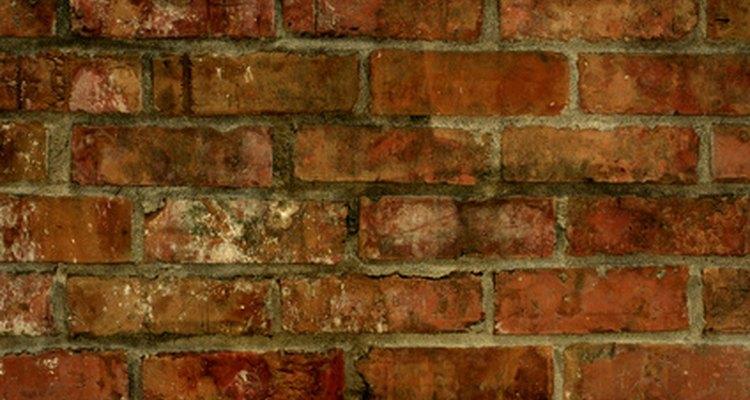 Una pared de ladrillo en interiores saca partido de una capa de pintura.