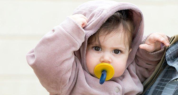 Esterilizar chupetes ayuda a eliminar gérmenes que de lo contrario entrarían en contacto con la boca del bebé.