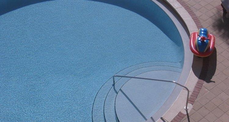 Calcula el área de una piscina redonda.