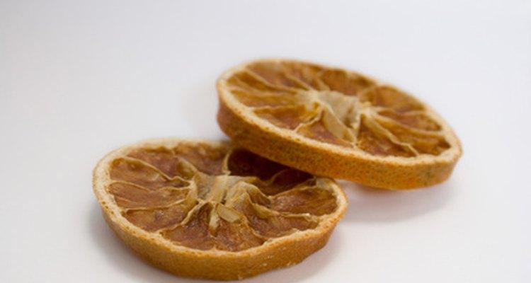 As fatias de laranja secas podem ser penduradas em árvores de Natal como enfeite
