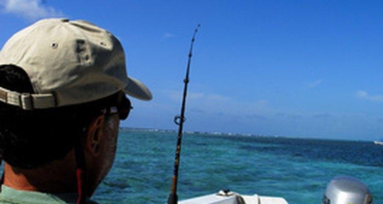 El róbalo rayado se puede pescar desde un bote, la orilla o el oleaje.
