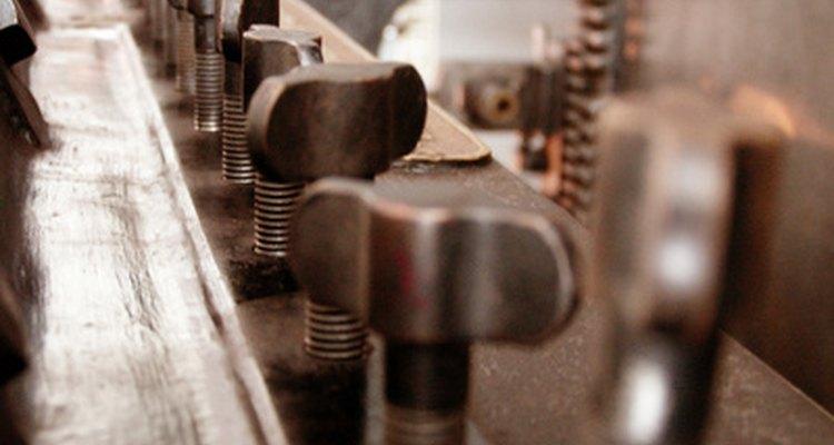 Semelhante a um molde, a prensa de conformação a frio converte o metal laminado em peças acabadas