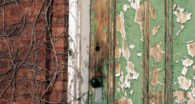 La restauración de una puerta puede hacer que tu hogar parezca más acogedor.