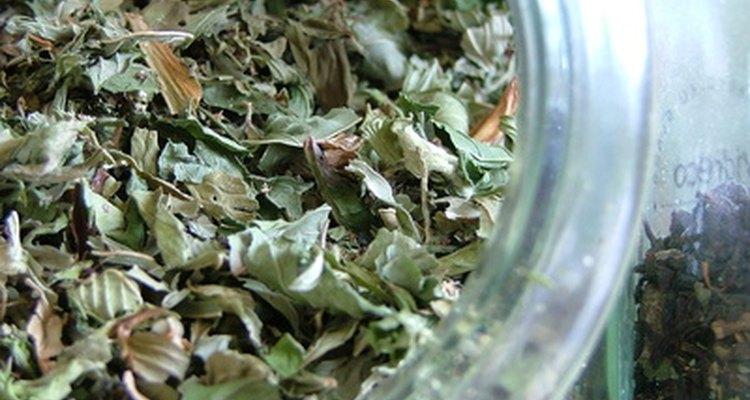 Um banho de chá verde vai acalmar e limpar a pele