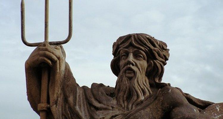Poseidon, empunhando o tridente, é chamado de Netuno na mitologia romana