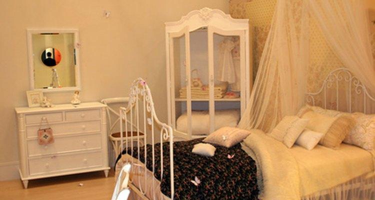 Una cama de hierro pintada complementa la decoración de una habitación.