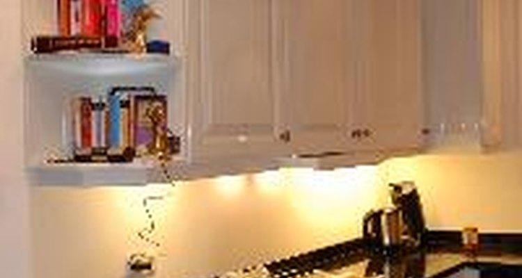 Las paredes blancas sirven como una tela en blanco para una cocina.