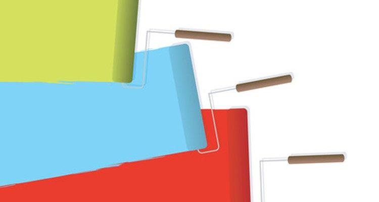 Remover pedaços de tinta seca de ambas as pontas do pincel facilita trocar os rolos