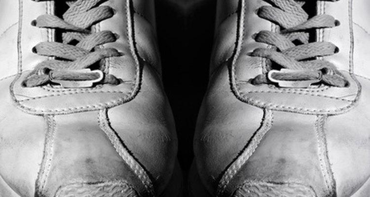 No toma mucho tiempo para que las rozaduras y las manchas de suciedad aparezcan en zapatillas blancas.