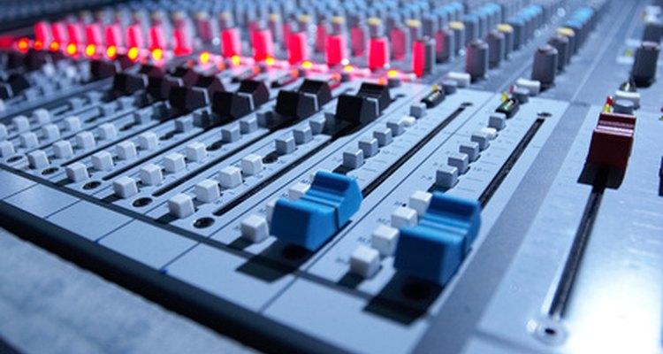 Los productores de música tienden a comenzar sus carreras como ingenieros de sonido.