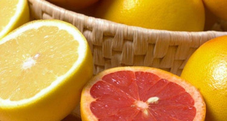 Las frutas cítricas como los pomelos y las naranjas contienen ácido citrico que les da un sabor agrio.