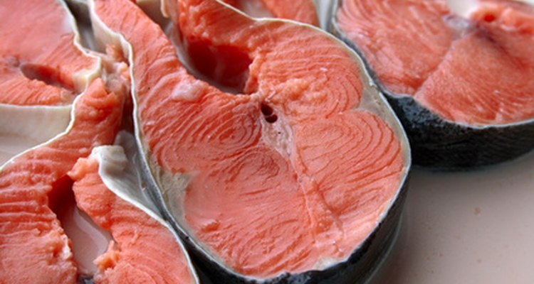 Un bistec es un corte de espesor de la mitad de un pescado, alrededor del hueso
