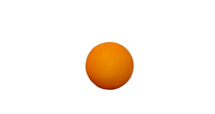 Haz una carrera de peloras de ping-pong para que tus invitados se rían.