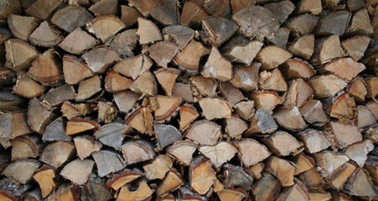 Lenhas empilhadas para aquecimento no inverno
