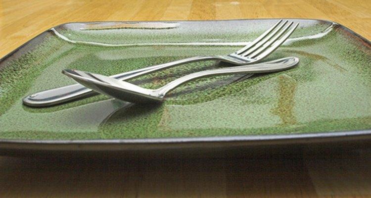Revisa la limpieza de los platos, cristalería y la plata antes de servir los alimentos.