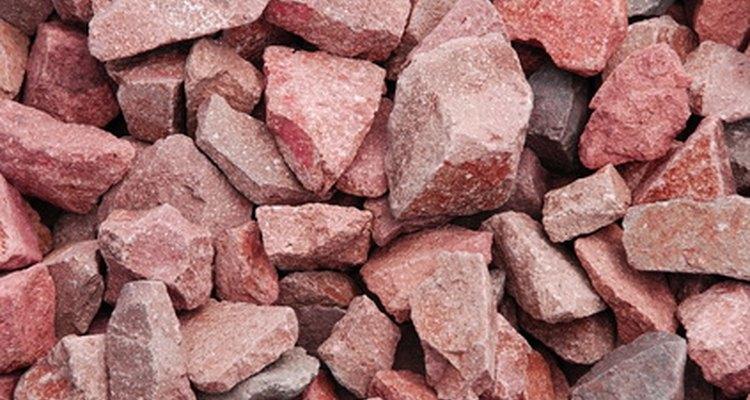 Un rubí en bruto se verá parecido a una roca roja.