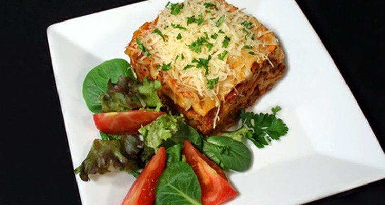 La lasaña es un plato al horno italiano que consta de salsa de carne, pastas y quesos.