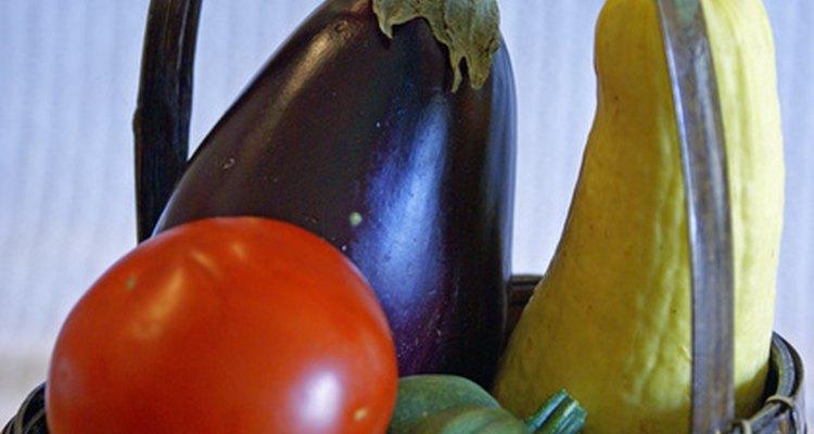 La calabaza, la berenjena y los tomates se encuentran en el pasillo de los productos.