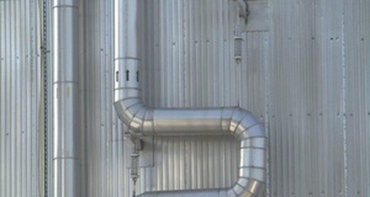 Utiliza la conductividad térmica del material de la tubería para calcular la pérdida de calor.