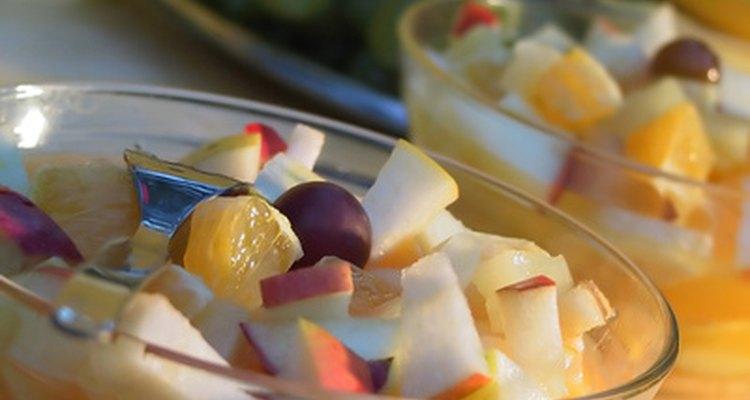 Con un poco de cuidado, puedes mantener colorida tu ensalada de frutas.