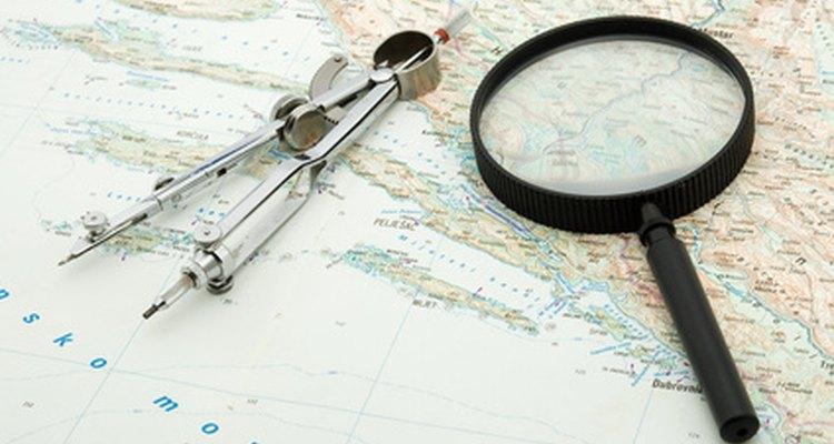 Los oficiales de cubierta monitorean la posición de un barco utilizando mapas y equipo de navegación.