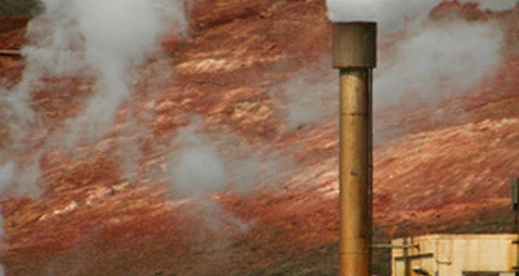 La quema de combustibles fósiles genera smog industrial.