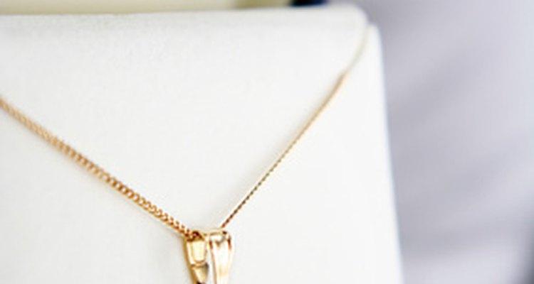 Una joya única es un hermoso regalo para una mujer de más de 50 años.