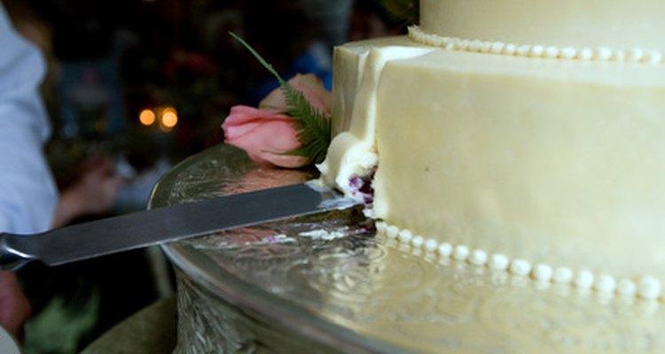 La cubierta de fondant da una textura perfecta y lisa al pastel.