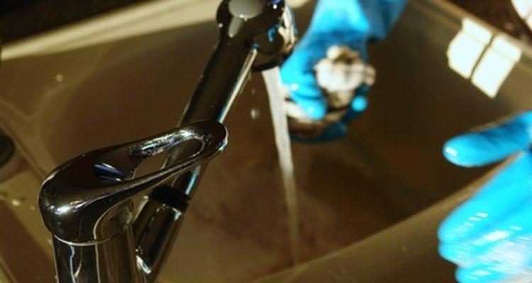 Lavar los platos con bicarbonato de sodio y vinagre no es tóxico y es ecológico.