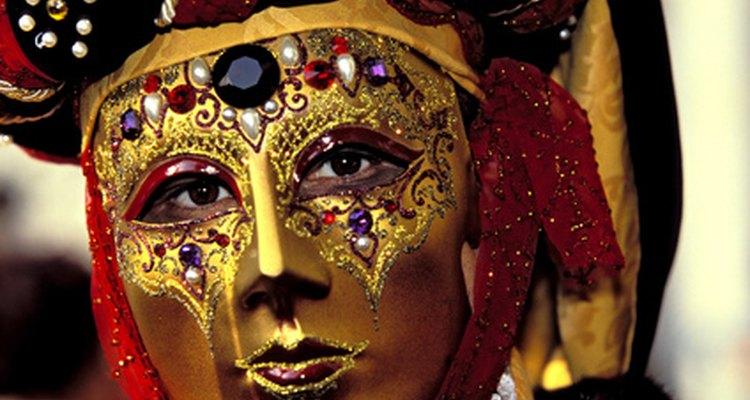 Algunas máscaras están elegantemente decoradas.