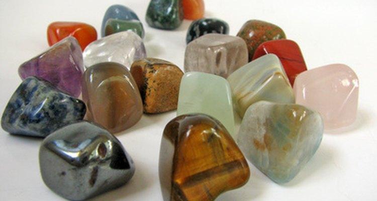 Os vendedores têm uma grande variedade de gemas e pedras preciosas e semipreciosas para escolher