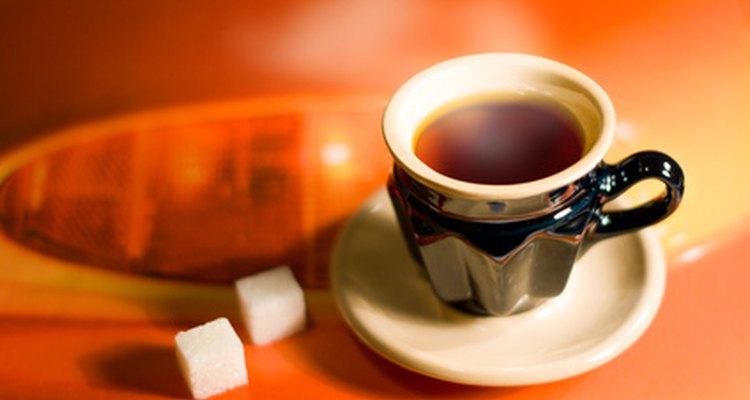 Chá quente aquece o pescoço, a garganta e a rosto