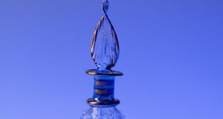 O típico frasco de perfume contém uma trava e uma garrafa de vidro