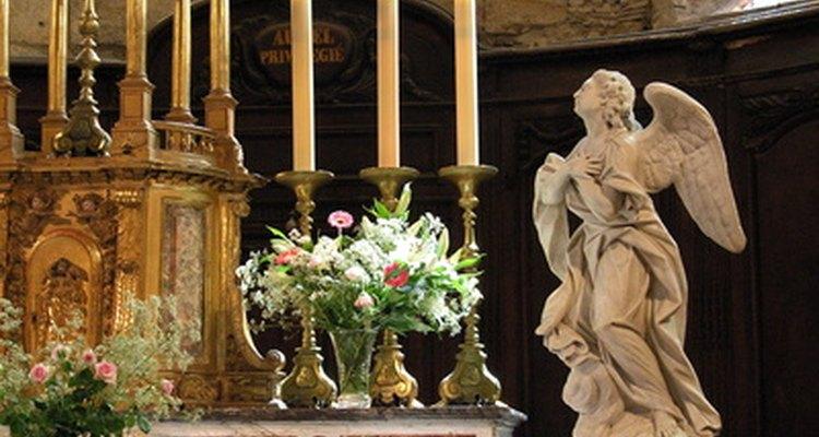 Es el deber del monaguillo ayudar al sacerdote en la preparación de las misas.