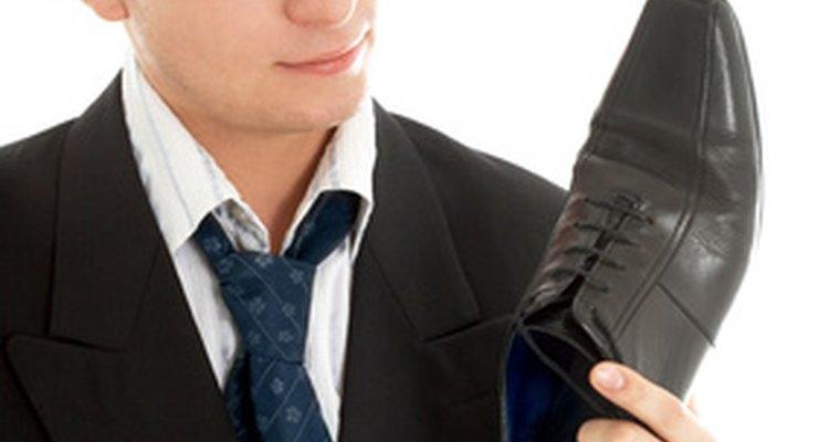 Elige unos zapatos para llevar con un traje.