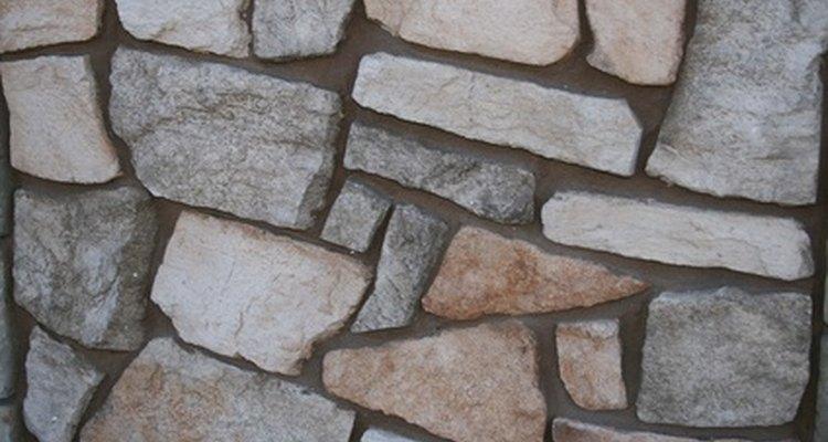 Haz una pared de exterior decorativa con rocas.