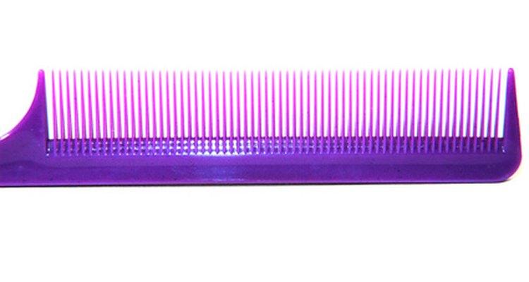 Um pente fino é usado na examinação do couro cabeludo