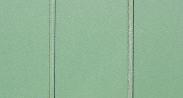 Aplique gesso sobre um painel de madeira para dar um novo visual à parede