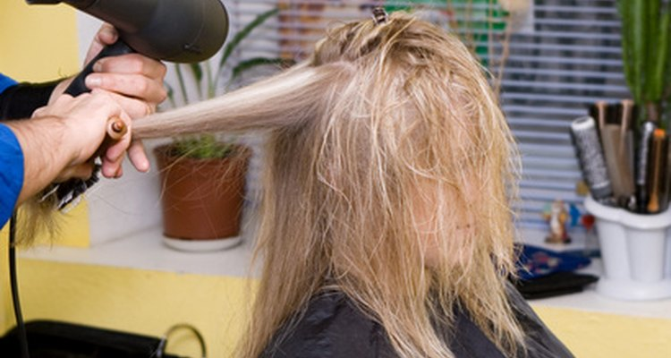 Los estilistas de salón crean peinados que cubren las necesidades de sus clientes.