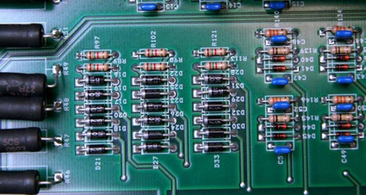 A maioria dos diodos comumente em uso é feita de silício
