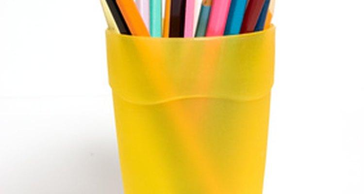 Quita las etiquetas del plástico con detergente lavavajillas y vinagre.