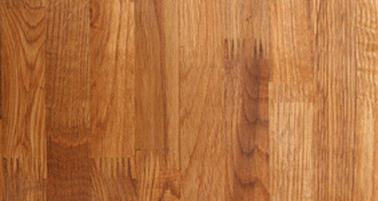 O óleo oferece um acabamento macio e suave, mas pouca proteção para a madeira